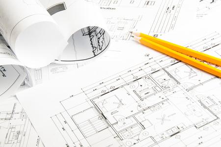 Bauplanung Zeichnungen auf den Tisch und zwei gelbe Bleistifte Standard-Bild - 35682740