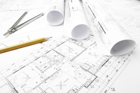 Bauplanung Zeichnungen auf den Tisch und zwei gelbe Bleistifte Standard-Bild - 35682784
