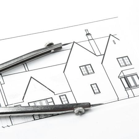 arquitecto: Dibujos de planificaci�n de la construcci�n en la mesa y dos l�pices amarillos