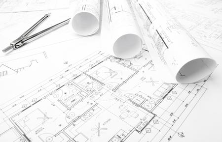 Bauplanung Zeichnungen auf den Tisch und zwei gelbe Bleistifte Standard-Bild - 35682833