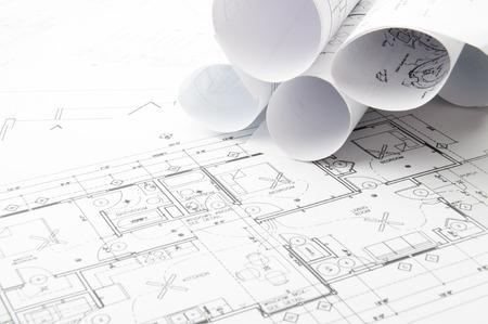 Bauplanung Zeichnungen auf den Tisch und zwei gelbe Bleistifte Standard-Bild - 35683361