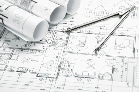 dessin noir et blanc: dessins de planification de la construction sur la table et deux crayons jaunes