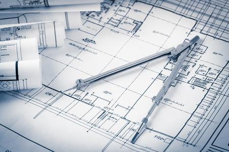 rollen van architectuur blauwdrukken en huis plannen op tafel en tekening kompas Stockfoto