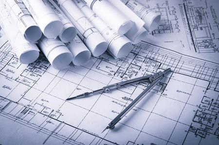 Rollen der Architektur Blaupausen und Hauspläne auf den Tisch und Zirkel Standard-Bild - 41714401