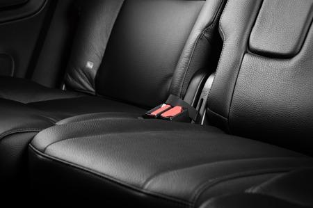 asiento coche: Interiores asientos traseros de cuero negro moderno del coche