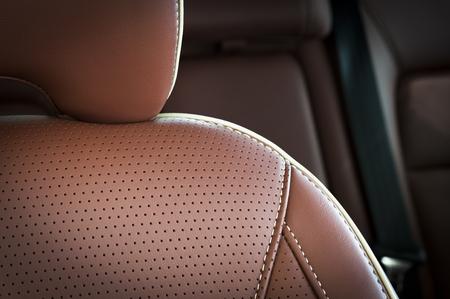 Braun rot pefrorated Leder neuen Sport-Autositz, Kopfstütze Fokus Standard-Bild - 46912309