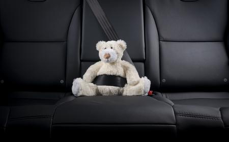 Teddybär auf dem Rücksitz eines Autos, die Sicherheit auf der Straße befestigt Standard-Bild - 47682113
