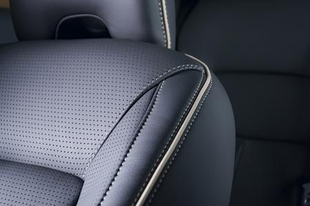 Leder Autositze. Interior Detail mit Stich Standard-Bild - 57201260