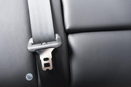 cinturon de seguridad: cintur�n de seguridad en una silla de cuero en la inter coche moderno