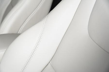 Leder Autositze. Interior Detail mit Stich Standard-Bild - 57201374