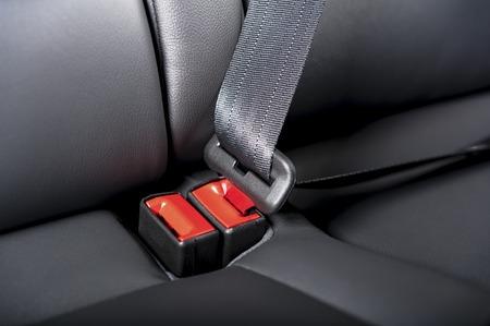 cinturon de seguridad: cinturón de seguridad en una silla de cuero en el interior del coche moderno