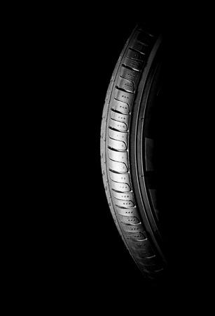 Autoreifen close-up Winter Rad Profilstruktur auf schwarzem Hintergrund Standard-Bild - 57201462