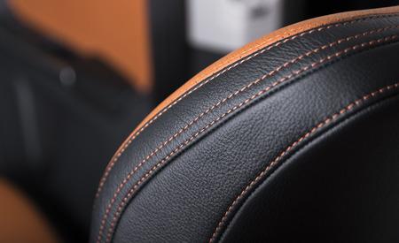 Interiore di cuoio nero moderno dell'automobile sportiva. Parte dei dettagli del seggiolino auto in pelle. Archivio Fotografico - 81604687