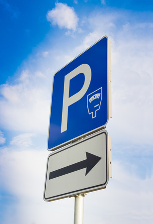 parking sign with blue sky and clouds Standard-Bild - 109577955