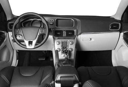 Modernes Luxus-Prestige-Autointerieur, Armaturenbrett, Lenkrad. Auto drin. Schwarz-Weiß-Fotografie. Isolierte Fenster