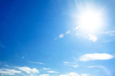 lens flare: cielo blu brillante con il sole che causano lens flare