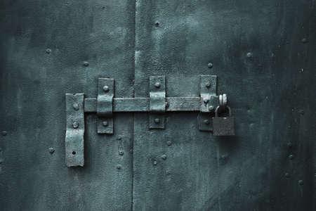 to lock: porta chiusa di metallo con blocco