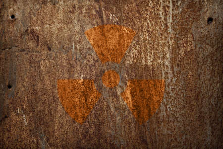 radioattivo: segno di radiazioni nucleari sulla trama di metallo arrugginito