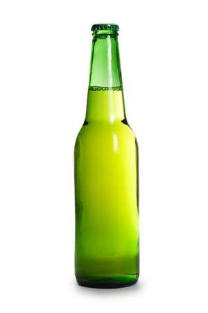 botellas de cerveza: botella de cerveza verde aislado sobre fondo blanco