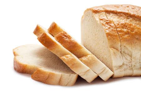 en rebanadas de pan aislado sobre fondo blanco