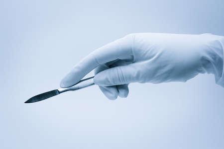 cirujano: mano de cirujano con bistur� durante la cirug�a