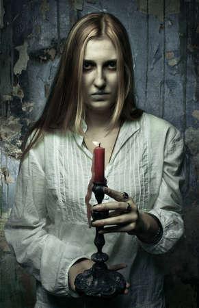 Phantom Mädchen mit Kerze Standard-Bild