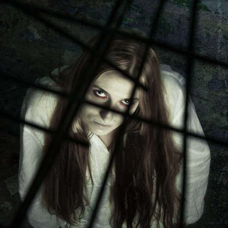 Zombie-Mädchen hinter Gitter