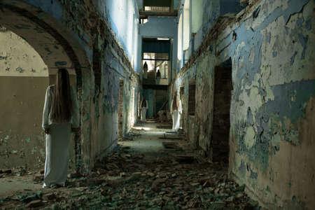 multiple ghost girl in einem verlassenen Gebäude