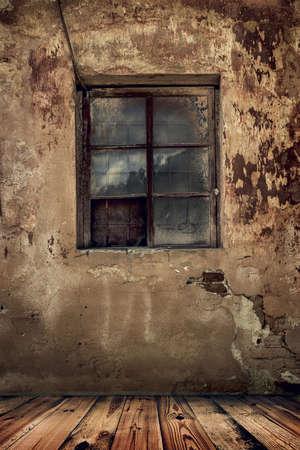 chambre dans une vieille maison abandonnée avec le grunge mur et plancher en bois