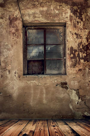 habitacion desordenada: habitaci�n en una vieja casa abandonada con el grunge pared y el piso de madera Foto de archivo