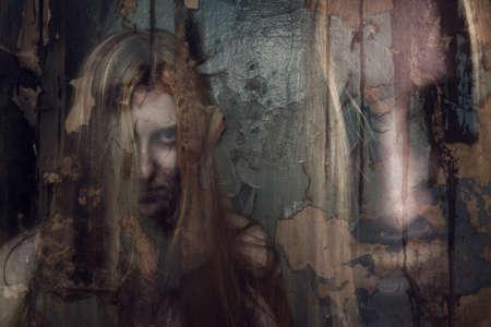 Doppel-Exposition von ghost girl in verlassenen Gebäude