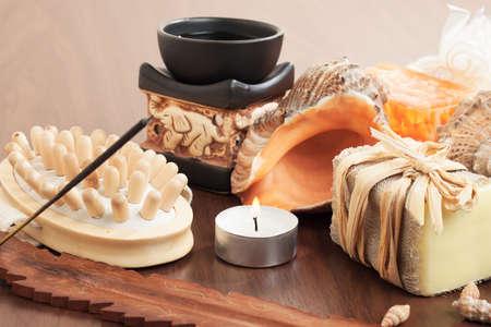 incienso: accesorios de baño en el fondo de madera marrón