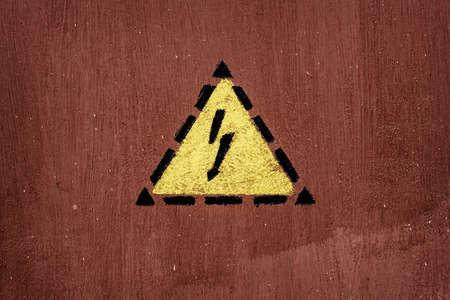choc �lectrique: signe une d�charge �lectrique peint sur la porte