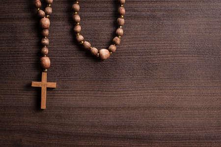 simbolos religiosos: cruzar sobre fondo de madera marrón