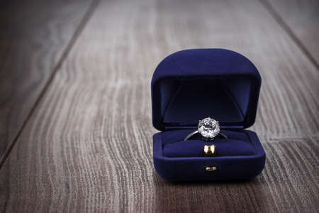 ring engagement: anillo en la caja en la mesa de madera