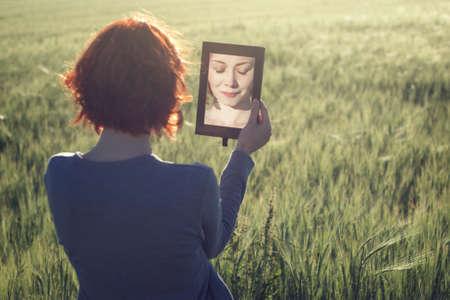 reflexion: Retrato de la mañana de la hermosa niña sonriente en campo verde