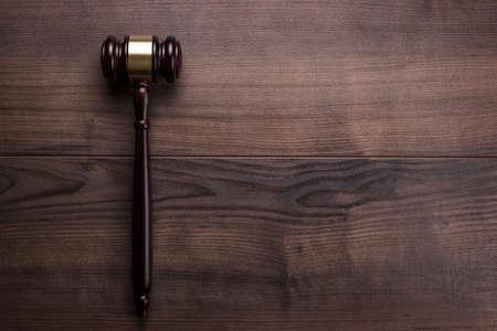 テキストのためのスペースと茶色の木製のテーブルに小槌を判断します。