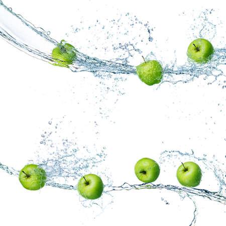 grüne Äpfel in Spritzer Wasser isoliert auf weißem Hintergrund