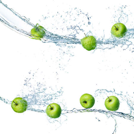 groene appels in splash water geïsoleerd op een witte achtergrond Stockfoto