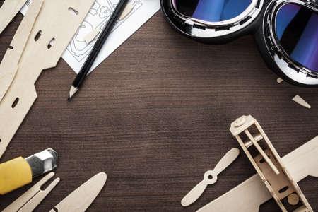 handgemaakte vliegtuig op de bruine houten tafel Stockfoto