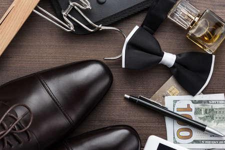 accessoires masculins sur la table en bois brun