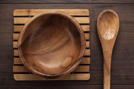 salad plate: piatto di insalata di legno e cucchiaio sul tavolo marrone