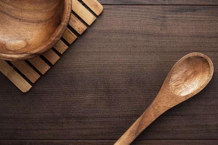 plato de ensalada: plato de ensalada de madera y cuchara en la mesa de caf�