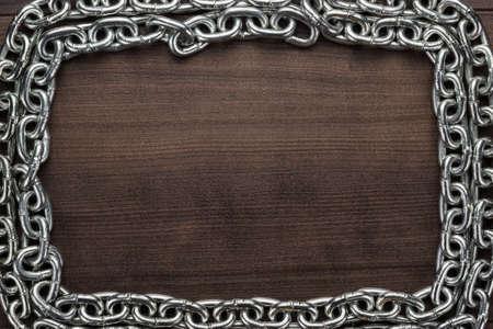 instances: Telaio catena sullo sfondo di legno marrone
