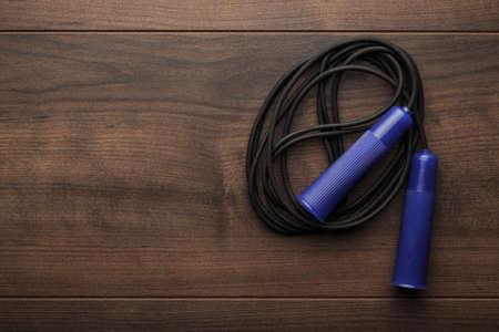 saltar la cuerda: saltar la cuerda para un ejercicio en la mesa