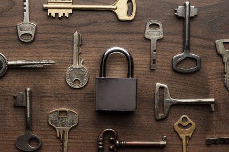 llaves: check-lock y diferentes teclas de madera concepto de fondo