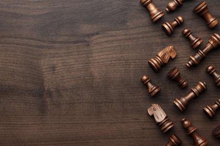 schaken cijfers op de bruine houten tafel achtergrond