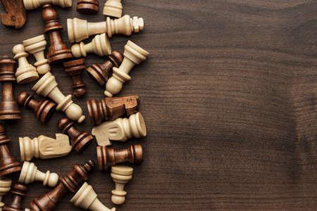 ajedrez: figuras de ajedrez en el fondo de la tabla de madera marr�n