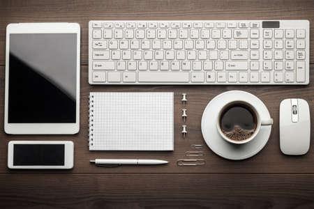 teclado: gastos generales de oficina esencial objetos en orden en el escritorio de madera