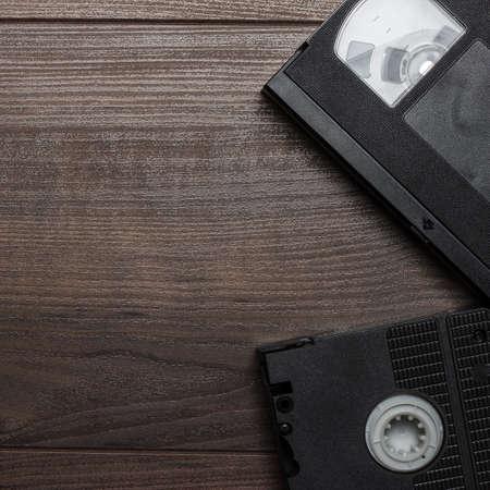 videocassette: viejas cintas de vídeo retro en la mesa de madera